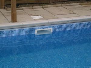По виду системы фильтрации бассейны делятся на скиммерные и переливные
